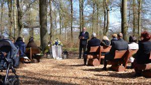 Trauerzeremonie mit einer Grabrede und Dekoration von Daniel Zielke im Ruheforst Marburg.