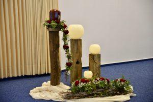 Eine schlichte Dekoration zu einer Trauerfeier mit einer Urne.
